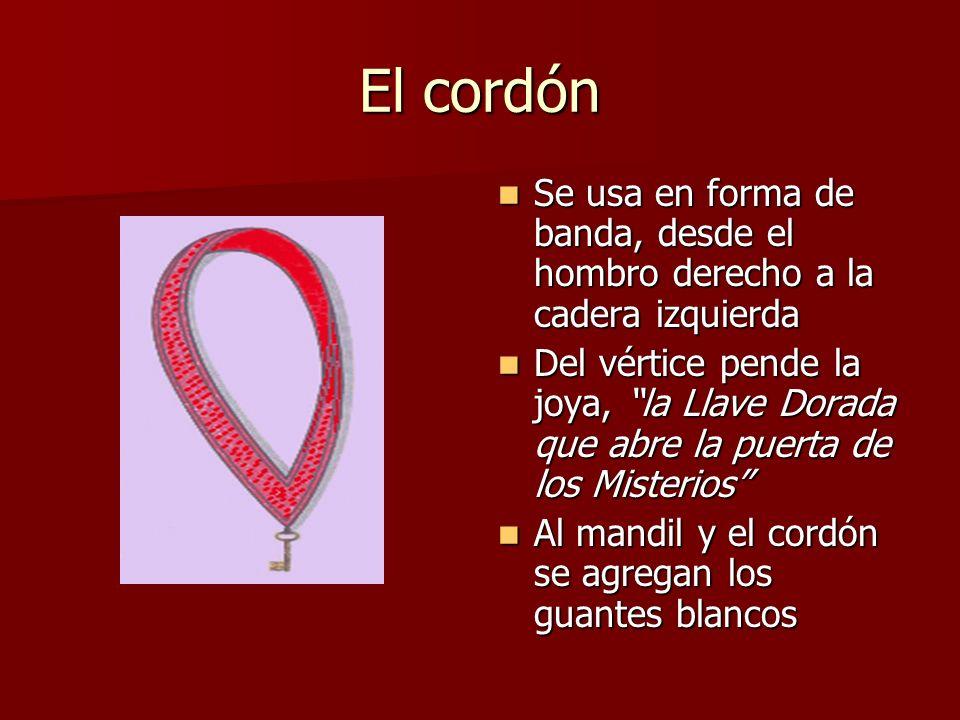 El cordón Se usa en forma de banda, desde el hombro derecho a la cadera izquierda Se usa en forma de banda, desde el hombro derecho a la cadera izquie