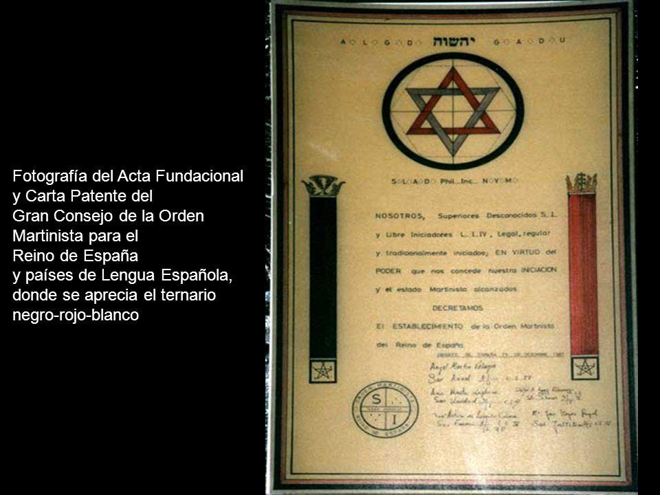 Fotografía del Acta Fundacional y Carta Patente del Gran Consejo de la Orden Martinista para el Reino de España y países de Lengua Española, donde se