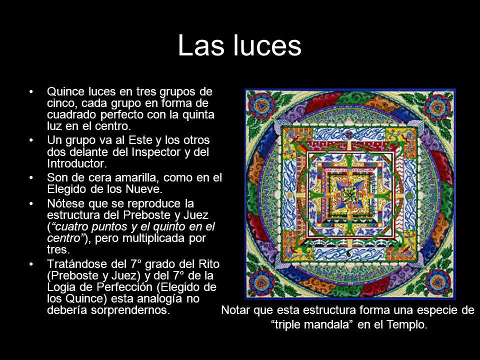 Las luces Quince luces en tres grupos de cinco, cada grupo en forma de cuadrado perfecto con la quinta luz en el centro. Un grupo va al Este y los otr
