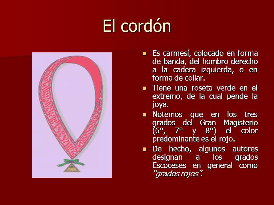 El cordón Es carmesí, colocado en forma de banda, del hombro derecho a la cadera izquierda, o en forma de collar. Es carmesí, colocado en forma de ban