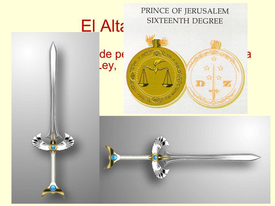 El Altar Central Tiene un rollo de pergamino, que representa el Libro de la Ley, una escuadra, un compás, una plomada, un nivel, una espada y una bala