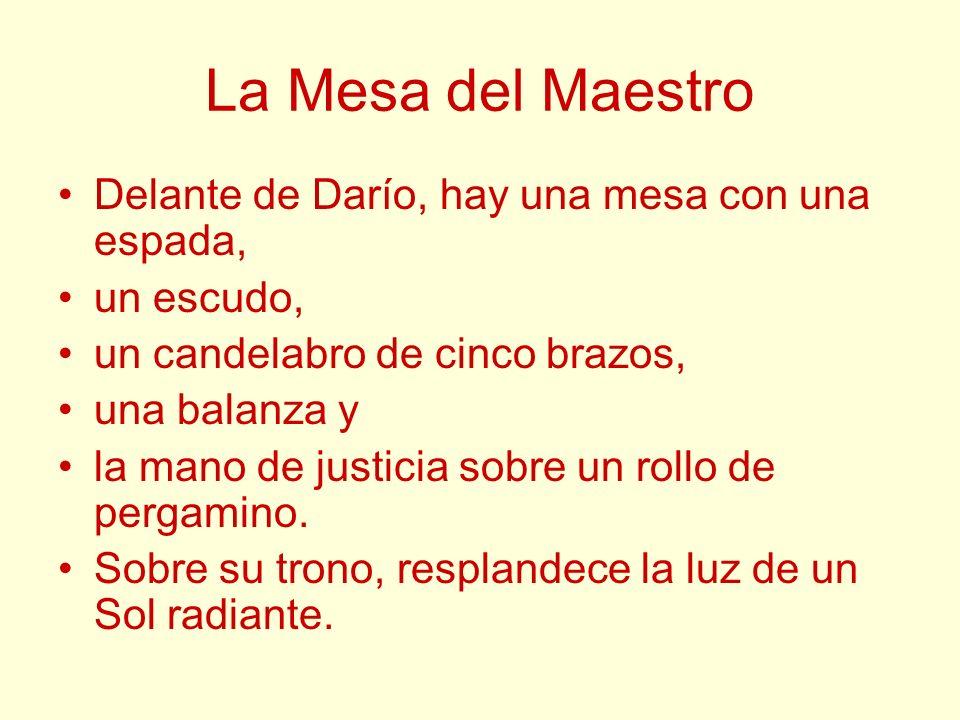 La Mesa del Maestro Delante de Darío, hay una mesa con una espada, un escudo, un candelabro de cinco brazos, una balanza y la mano de justicia sobre u