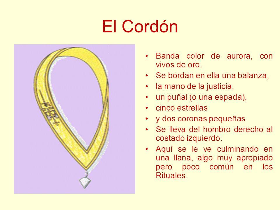 El Cordón Banda color de aurora, con vivos de oro. Se bordan en ella una balanza, la mano de la justicia, un puñal (o una espada), cinco estrellas y d