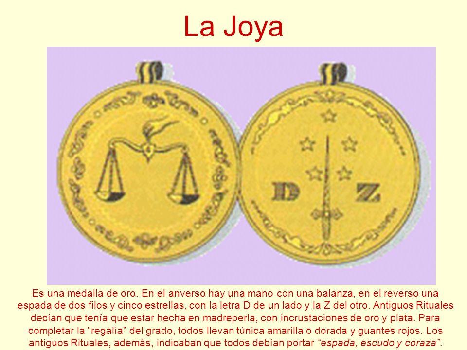 La Joya Es una medalla de oro. En el anverso hay una mano con una balanza, en el reverso una espada de dos filos y cinco estrellas, con la letra D de