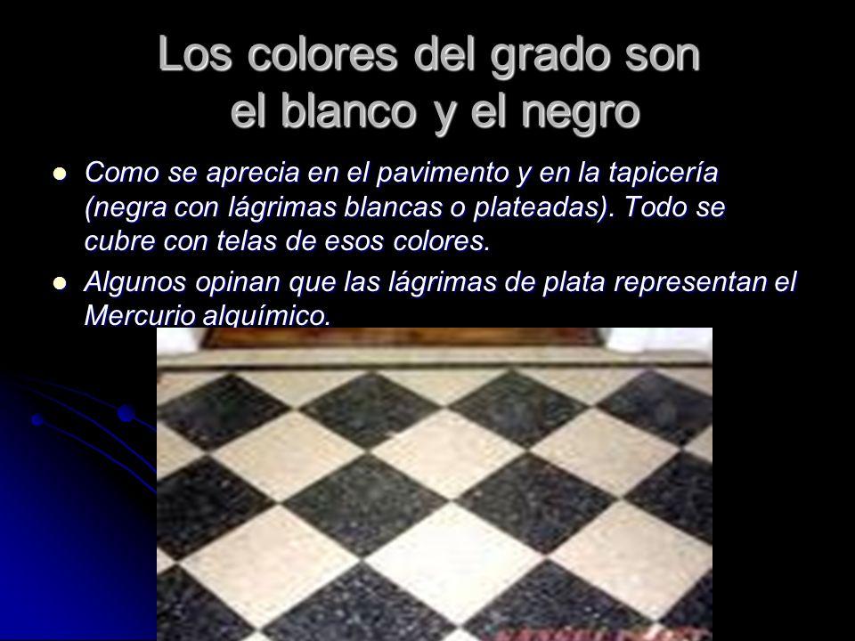 Los colores del grado son el blanco y el negro Como se aprecia en el pavimento y en la tapicería (negra con lágrimas blancas o plateadas). Todo se cub