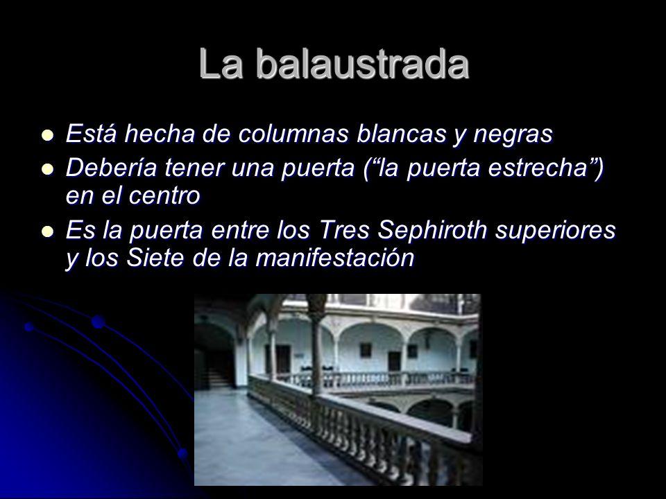 La balaustrada Está hecha de columnas blancas y negras Está hecha de columnas blancas y negras Debería tener una puerta (la puerta estrecha) en el cen