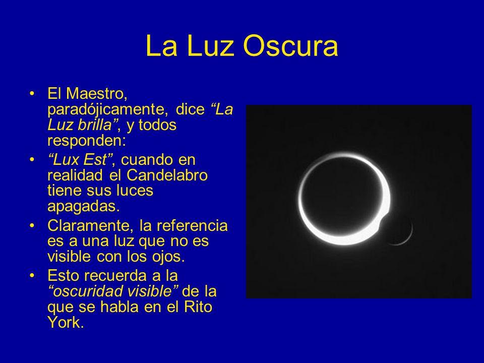 La Luz Oscura El Maestro, paradójicamente, dice La Luz brilla, y todos responden: Lux Est, cuando en realidad el Candelabro tiene sus luces apagadas.
