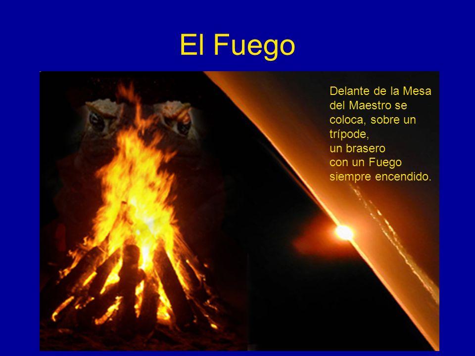 El Fuego Delante de la Mesa del Maestro se coloca, sobre un trípode, un brasero con un Fuego siempre encendido.