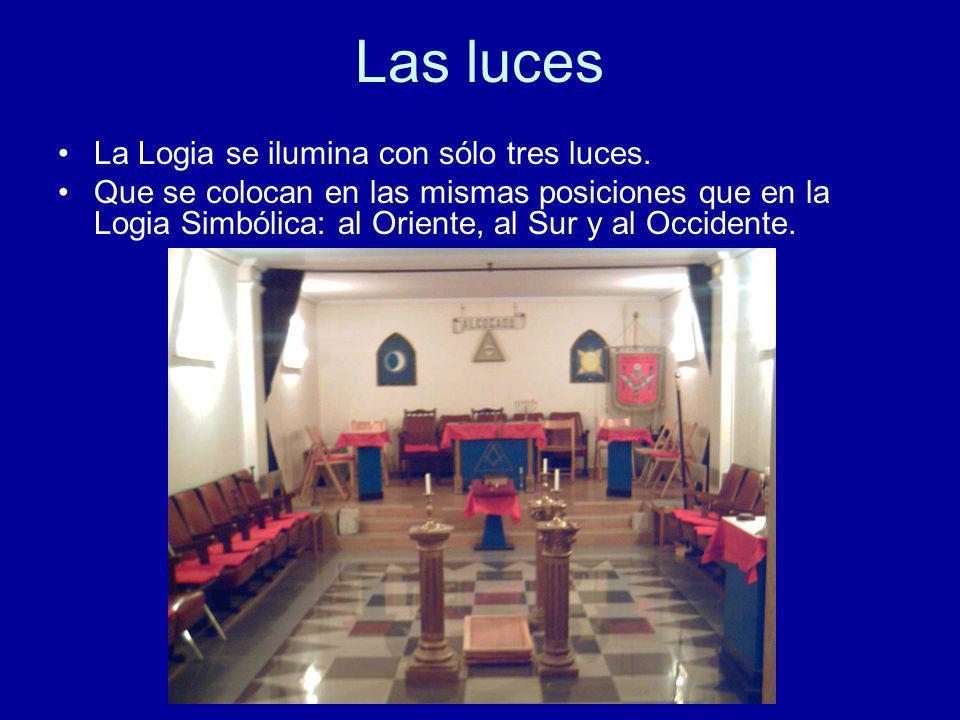 Las luces La Logia se ilumina con sólo tres luces. Que se colocan en las mismas posiciones que en la Logia Simbólica: al Oriente, al Sur y al Occident
