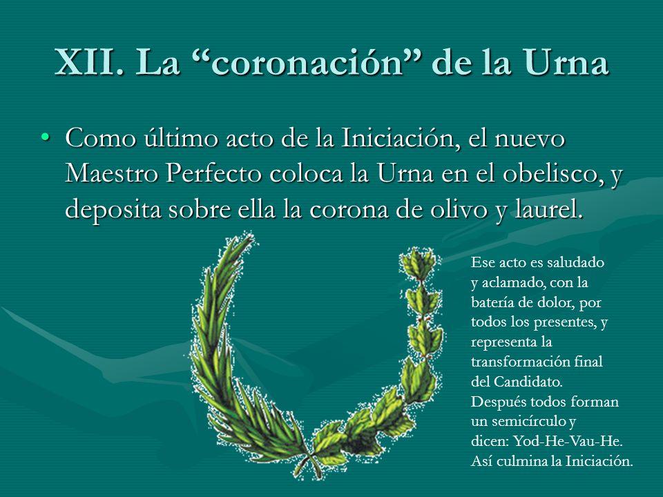 XII. La coronación de la Urna Como último acto de la Iniciación, el nuevo Maestro Perfecto coloca la Urna en el obelisco, y deposita sobre ella la cor