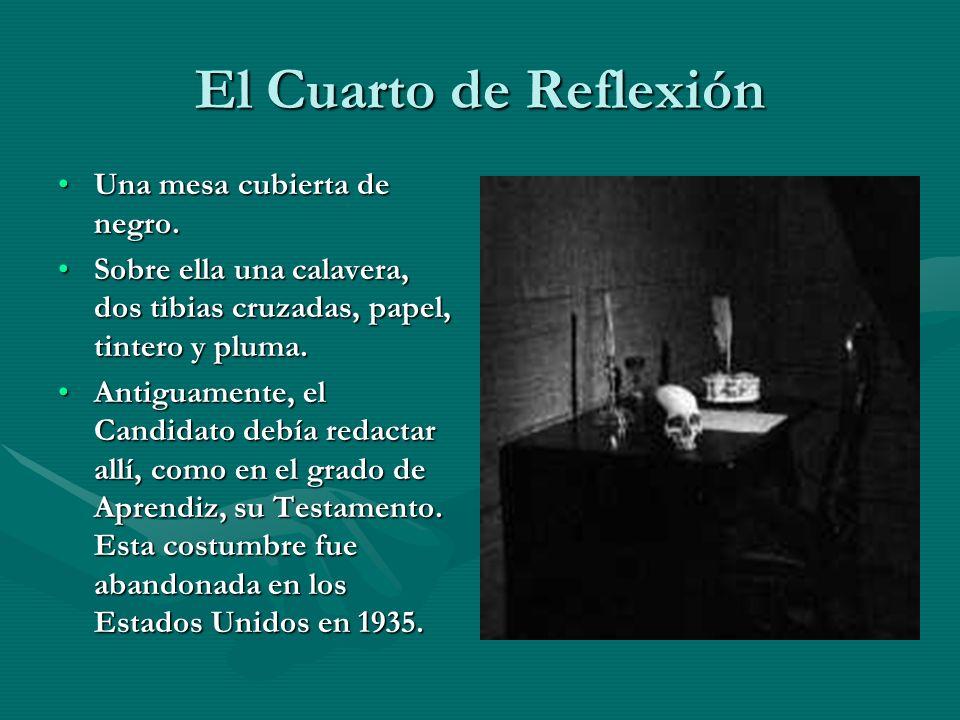 El Cuarto de Reflexión Una mesa cubierta de negro.Una mesa cubierta de negro. Sobre ella una calavera, dos tibias cruzadas, papel, tintero y pluma.Sob