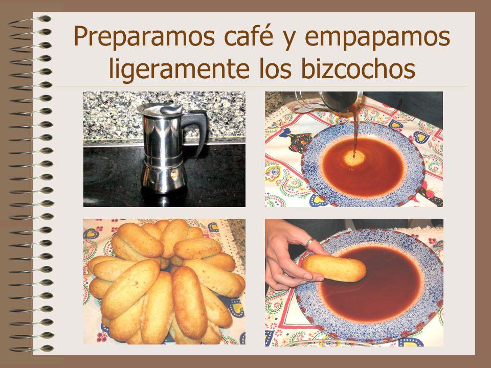 Preparamos café y empapamos ligeramente los bizcochos