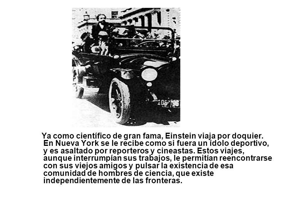 Ya como científico de gran fama, Einstein viaja por doquier. En Nueva York se le recibe como si fuera un ídolo deportivo, y es asaltado por reporteros