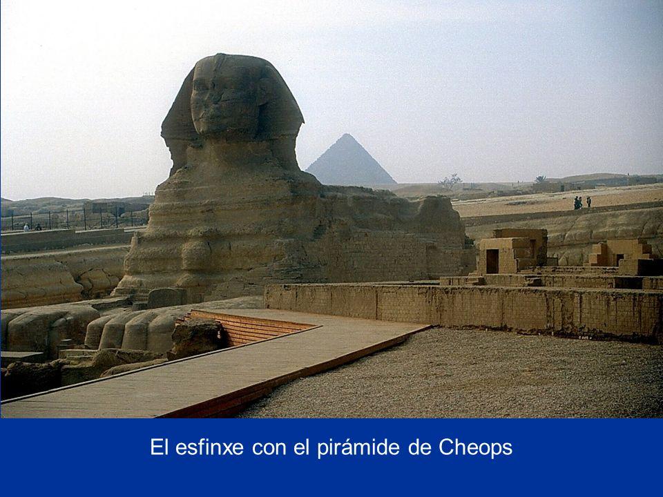El esfinxe con el pirámide de Cheops
