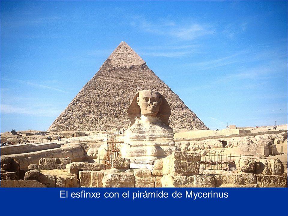 El esfinxe con el pirámide de Mycerinus