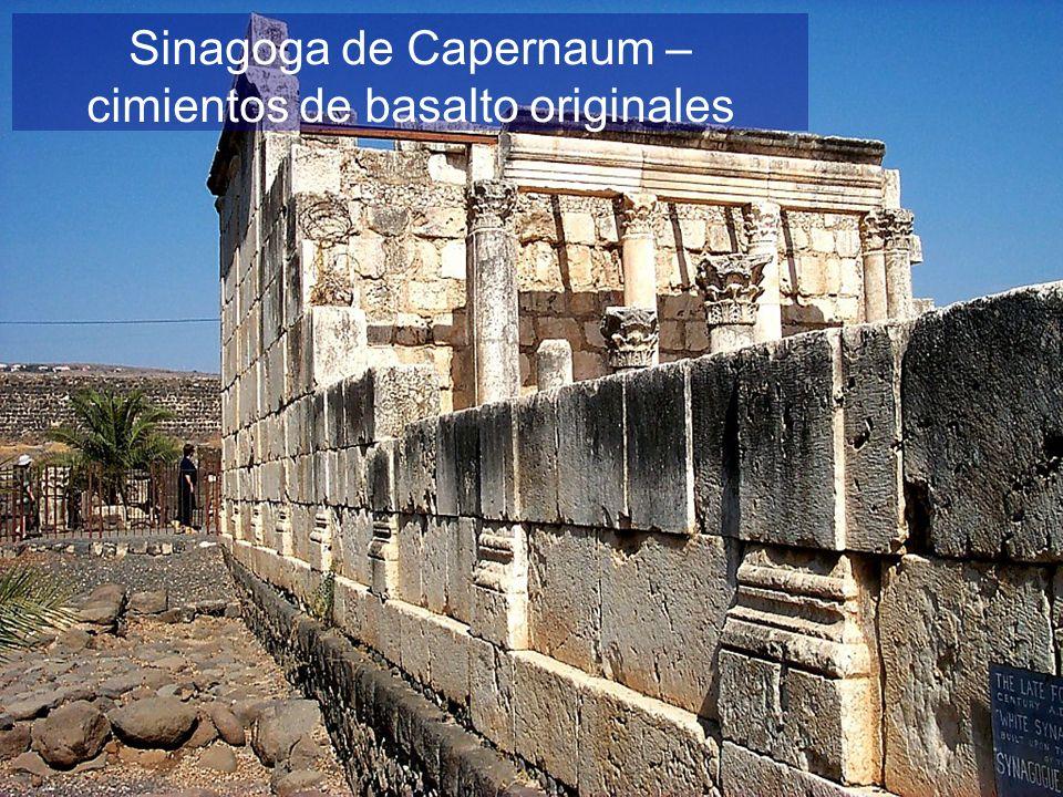 Sinagoga de Capernaum – cimientos de basalto originales