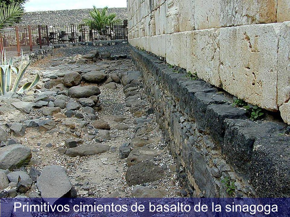Primitivos cimientos de basalto de la sinagoga