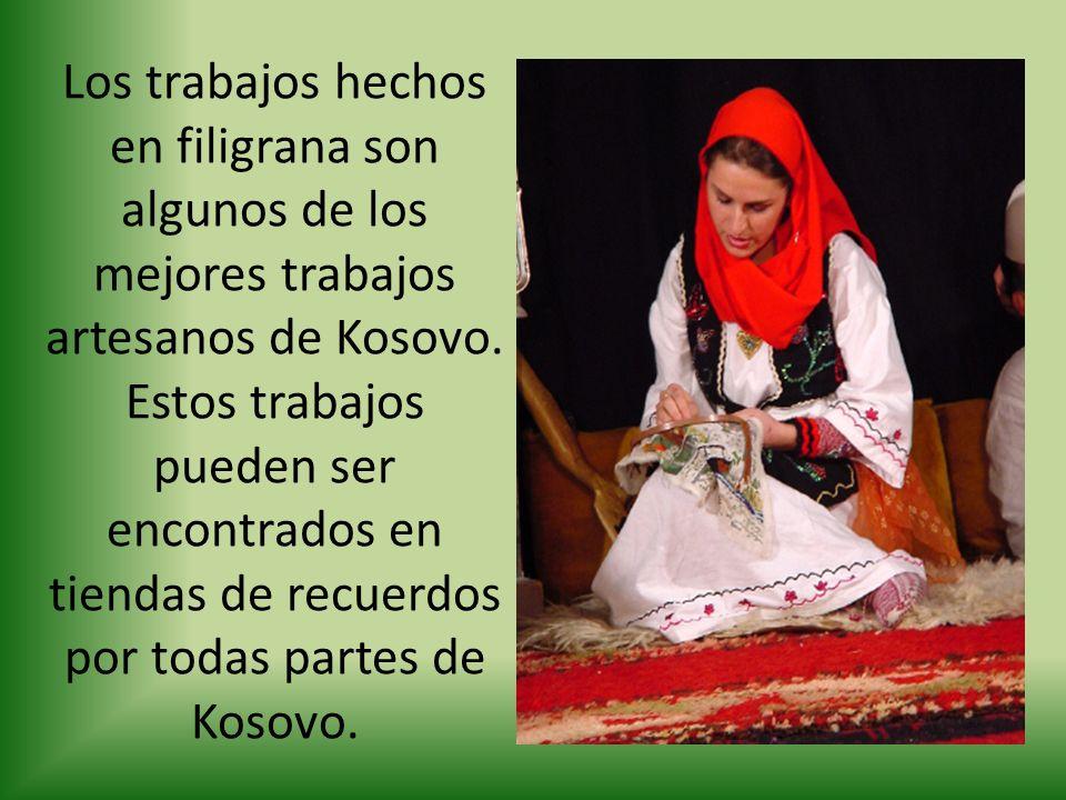 Los trabajos hechos en filigrana son algunos de los mejores trabajos artesanos de Kosovo. Estos trabajos pueden ser encontrados en tiendas de recuerdo