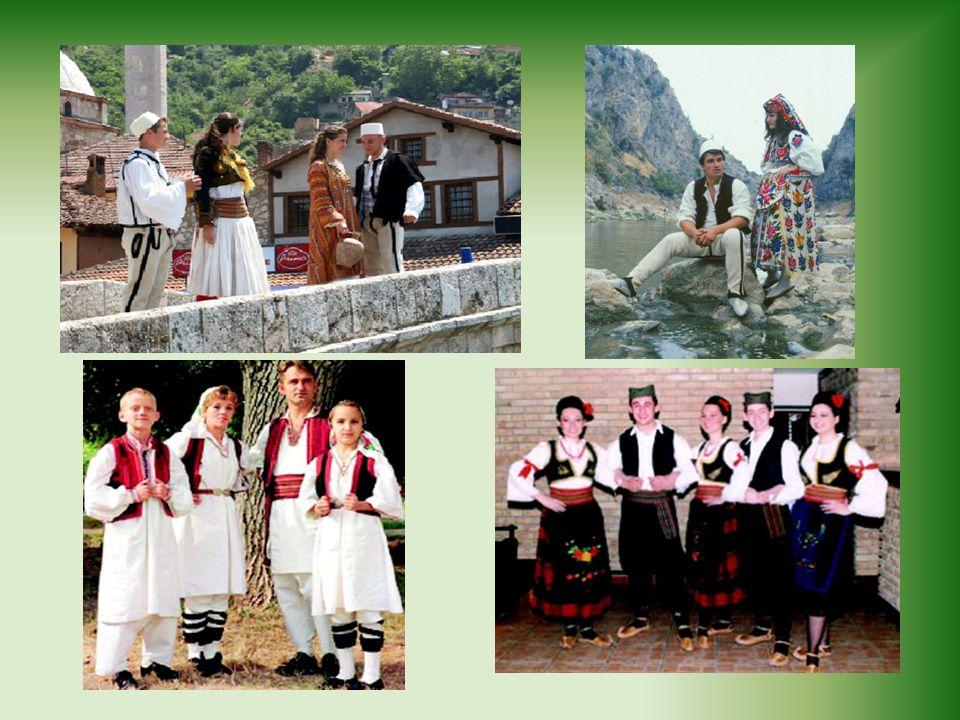 A pesar de los conflictos políticos que ha vivido el país, los artesanos kosovares no han querido perder sus tradiciones y siguen elaborando trabajos en madera que son sus principales productos artesanales y siguen vistiendo su ropa tradicional.