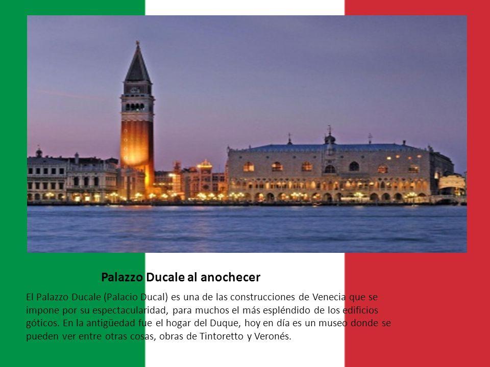 Palazzo Ducale al anochecer El Palazzo Ducale (Palacio Ducal) es una de las construcciones de Venecia que se impone por su espectacularidad, para much