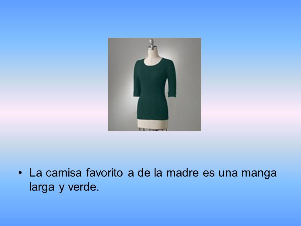 La camisa favorito a de la madre es una manga larga y verde.