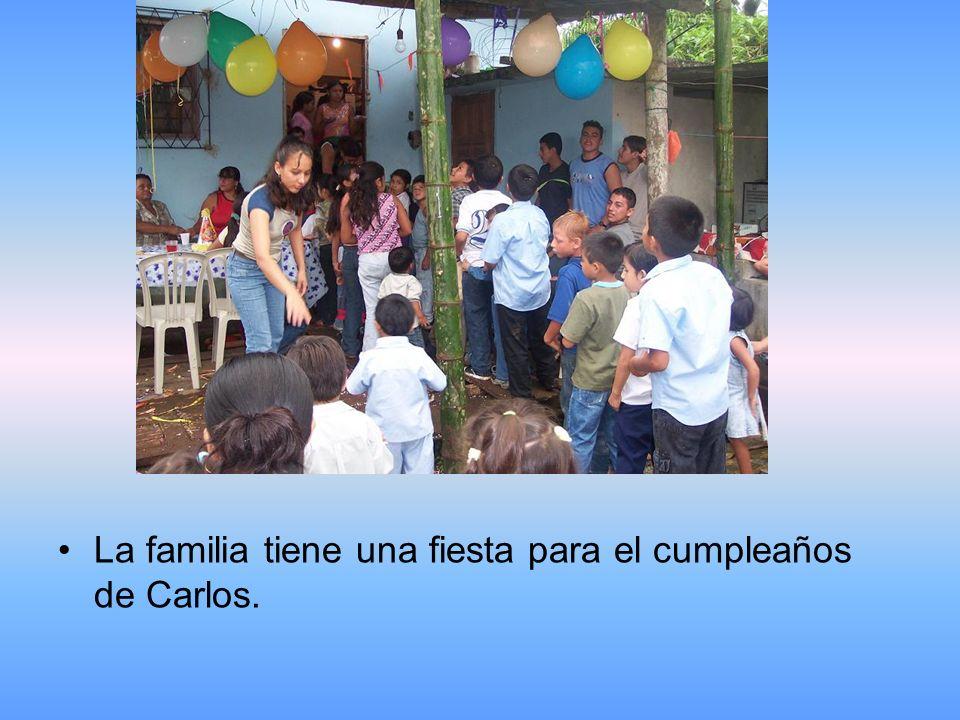 La familia tiene una fiesta para el cumpleaños de Carlos.