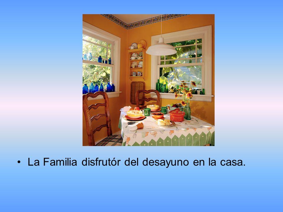 La Familia disfrutór del desayuno en la casa.