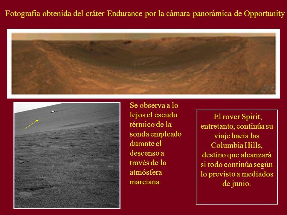 Fotografía obtenida del cráter Endurance por la cámara panorámica de Opportunity Se observa a lo lejos el escudo térmico de la sonda empleado durante