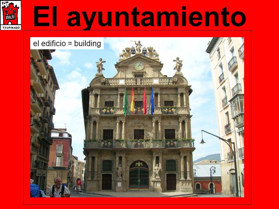 El encierro de la Villavesa después = after terminar = to finish delante de = in front of