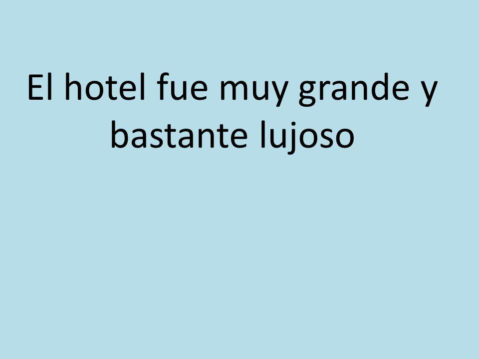 El hotel fue muy grande y bastante lujoso