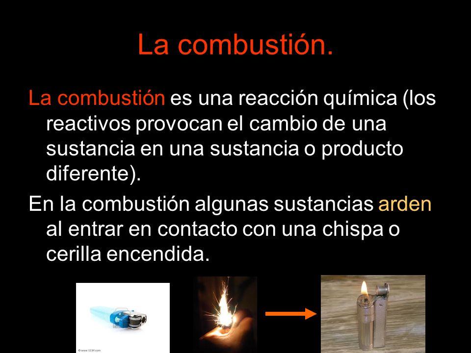 La combustión. La combustión es una reacción química (los reactivos provocan el cambio de una sustancia en una sustancia o producto diferente). En la