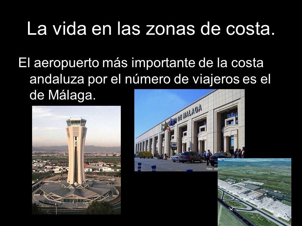 El aeropuerto más importante de la costa andaluza por el número de viajeros es el de Málaga.