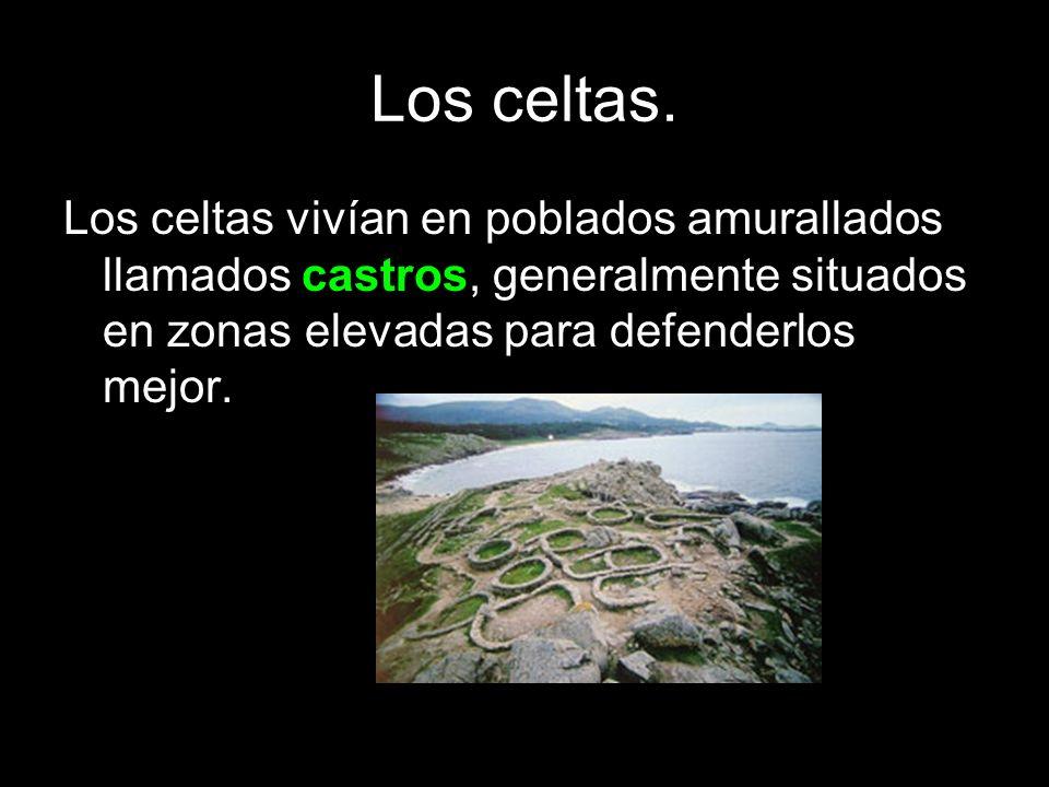 Los celtas. Los celtas vivían en poblados amurallados llamados castros, generalmente situados en zonas elevadas para defenderlos mejor.
