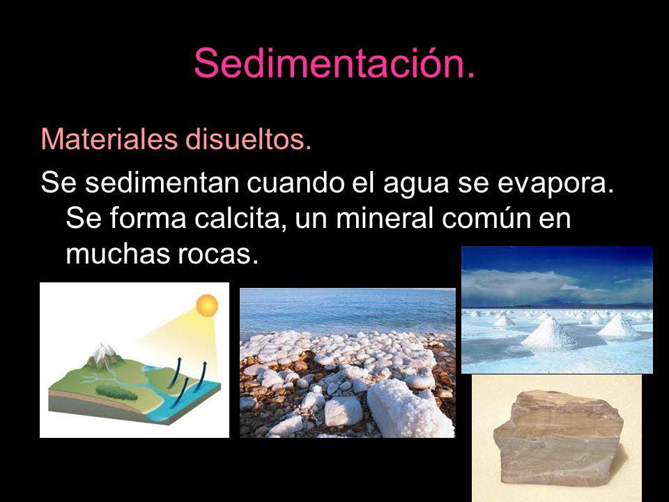 Sedimentación. Materiales disueltos. Se sedimentan cuando el agua se evapora. Se forma calcita, un mineral común en muchas rocas.