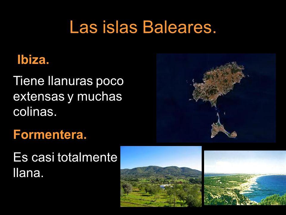 Las islas Baleares. Ibiza. Tiene llanuras poco extensas y muchas colinas. Formentera. Es casi totalmente llana.