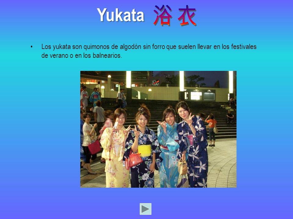Los yukata son quimonos de algodón sin forro que suelen llevar en los festivales de verano o en los balnearios. Yukata