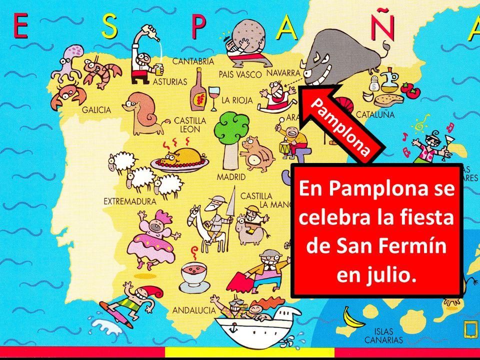 Pamplona En Pamplona se celebra la fiesta de San Fermín en julio.