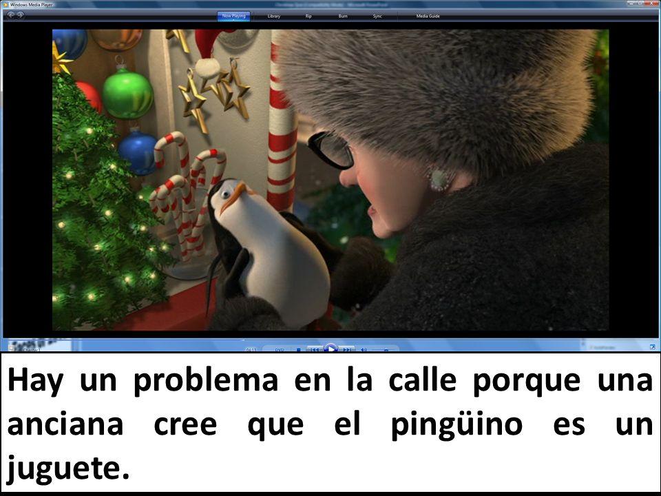 Hay un problema en la calle porque una anciana cree que el pingüino es un juguete.
