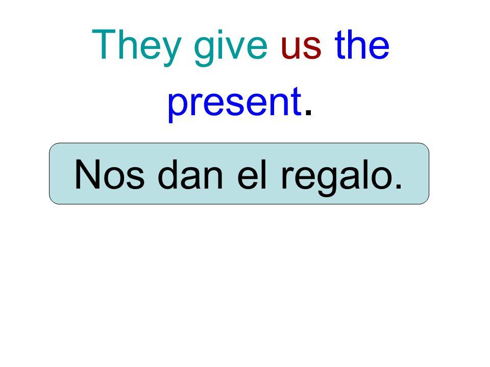 They give us the present. Nos dan el regalo.