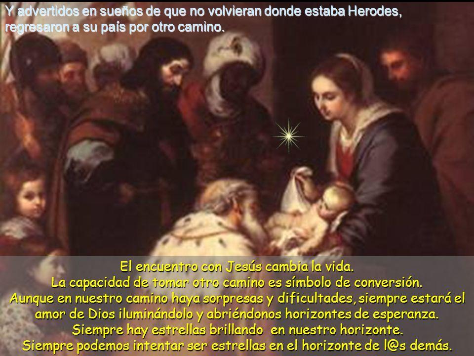 9 Ellos, después de oír al rey, se pusieron en camino, y la estrella que habían visto en oriente los guió hasta que llegó y se paró encima de donde es