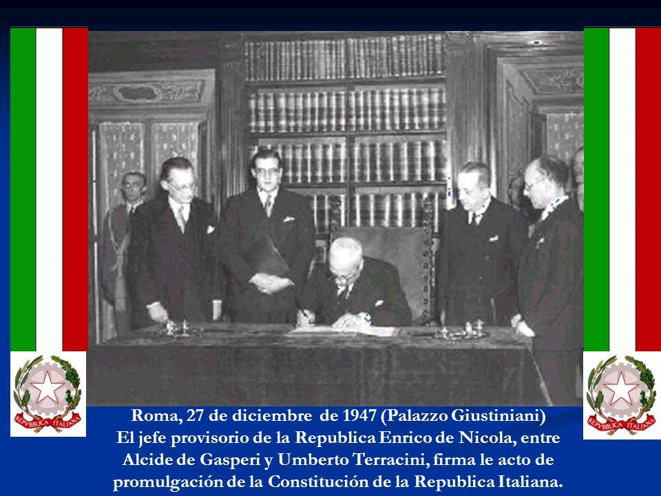 Roma, 27 de diciembre de 1947 (Palazzo Giustiniani) El jefe provisorio de la Republica Enrico de Nicola, entre Alcide de Gasperi y Umberto Terracini, firma le acto de promulgación de la Constitución de la Republica Italiana.