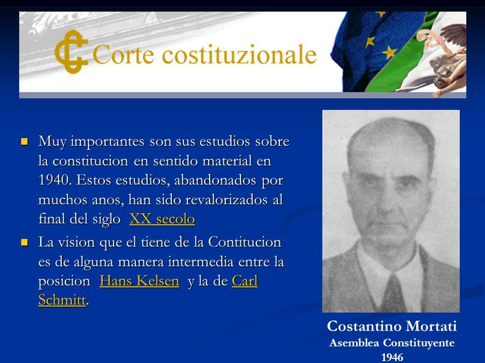Muy importantes son sus estudios sobre la constitucion en sentido material en 1940.