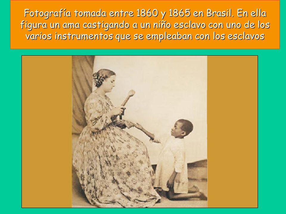 Fotografía tomada entre 1860 y 1865 en Brasil. En ella figura un ama castigando a un niño esclavo con uno de los varios instrumentos que se empleaban