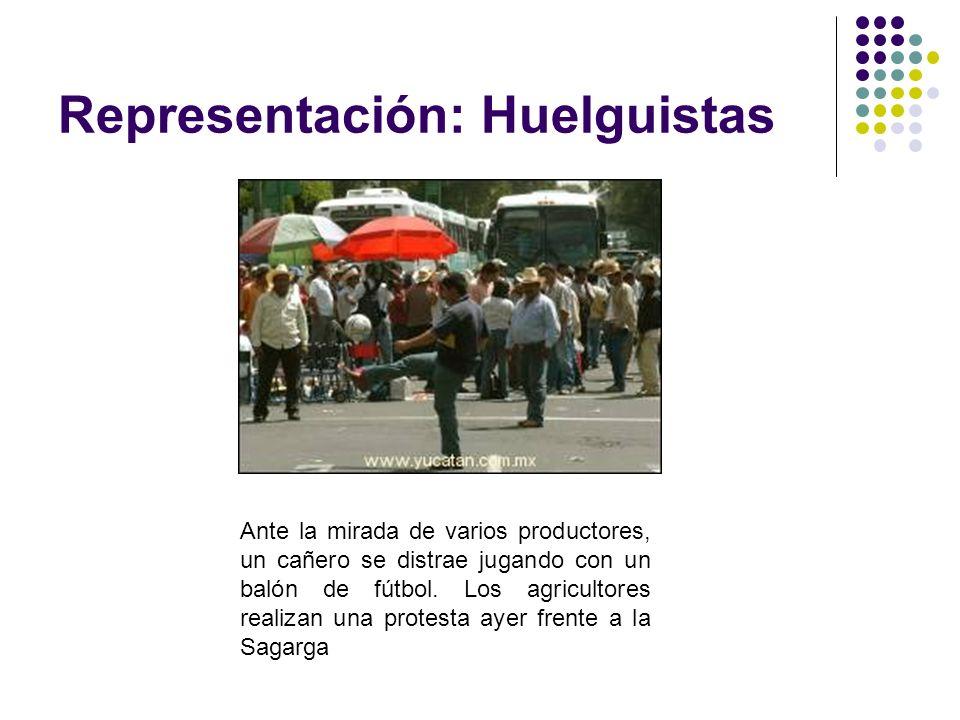 Representación: Huelguistas Ante la mirada de varios productores, un cañero se distrae jugando con un balón de fútbol. Los agricultores realizan una p
