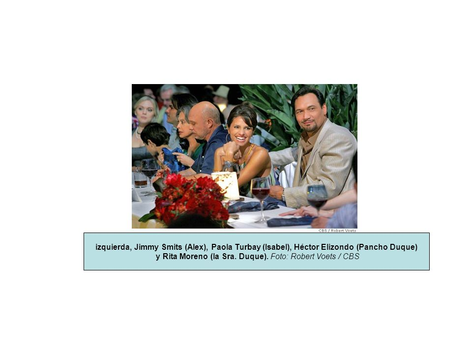 izquierda, Jimmy Smits (Alex), Paola Turbay (Isabel), Héctor Elizondo (Pancho Duque) y Rita Moreno (la Sra. Duque). Foto: Robert Voets / CBS