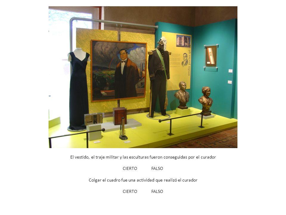 El vestido, el traje militar y las esculturas fueron conseguidas por el curador CIERTOFALSO Colgar el cuadro fue una actividad que realizó el curador CIERTOFALSO