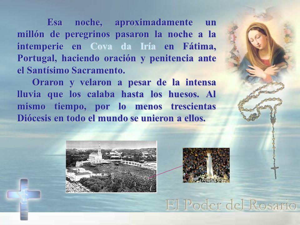 Esa noche, aproximadamente un millón de peregrinos pasaron la noche a la intemperie en Cova da Iría en Fátima, Portugal, haciendo oración y penitencia