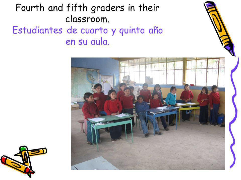 Fourth and fifth graders in their classroom. Estudiantes de cuarto y quinto año en su aula.