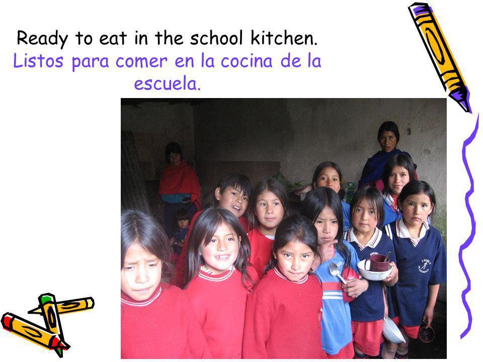 Ready to eat in the school kitchen. Listos para comer en la cocina de la escuela.