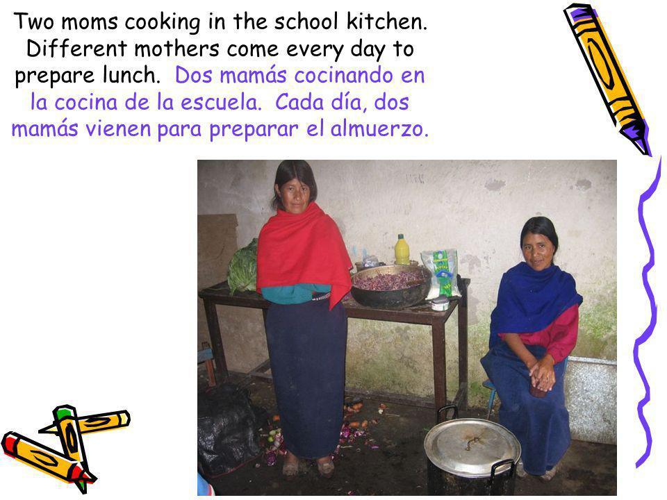 Two moms cooking in the school kitchen. Different mothers come every day to prepare lunch. Dos mamás cocinando en la cocina de la escuela. Cada día, d